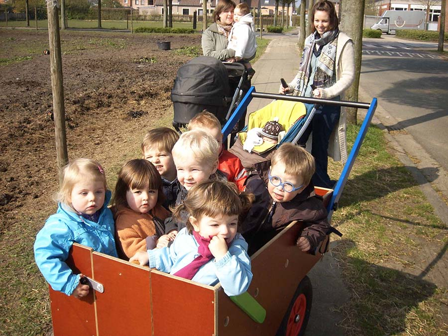 Kindjes in groep in de crèche