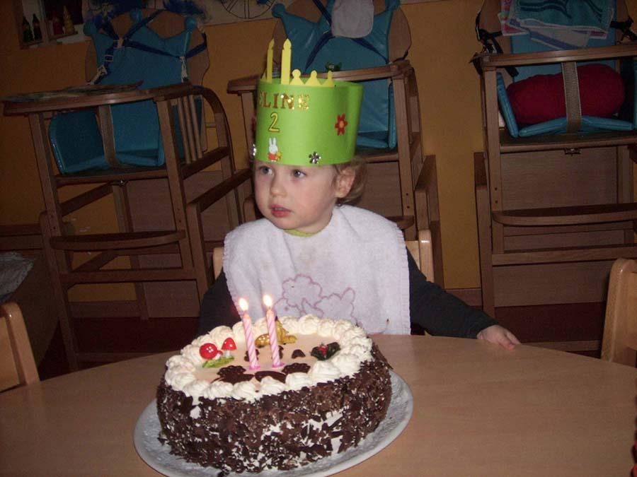 Kindje met verjaardagstaart