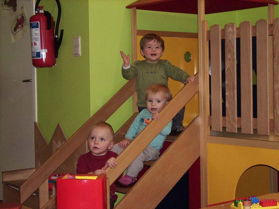 2 kindjes in een kinderzitje